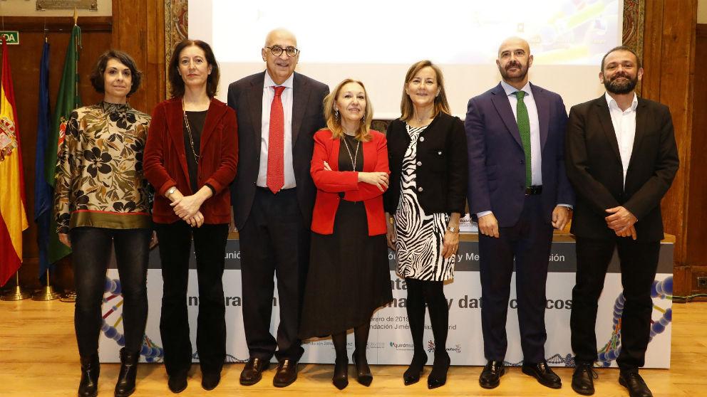 De izda. a dcha, las dras. Berta Almoguera (FJD) y Pilar Nicolás (Univ. País Vasco), Plaza, la Dra. Ayuso, Martín de Dios, Josu Rodríguez (gerente adjunto FJD) y el Dr. Rojo