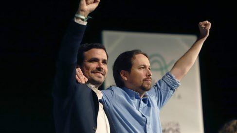 Pablo Iglesias (d) y Alberto Garzón.