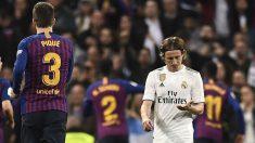 Luka Modric y Piqué en el Real Madrid – Barcelona (AFP)