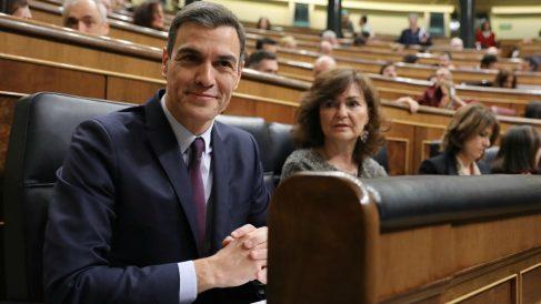 Pedro Sánchez y la vicepresidenta Carmen Calvo, en el Congreso de los Diputados (Foto: Europa Press).