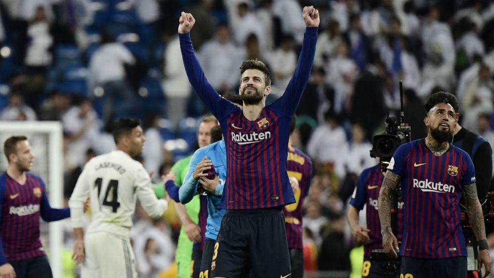 Gerard Piqué celebra el triunfo en el césped del Santiago Bernabéu. (AFP)