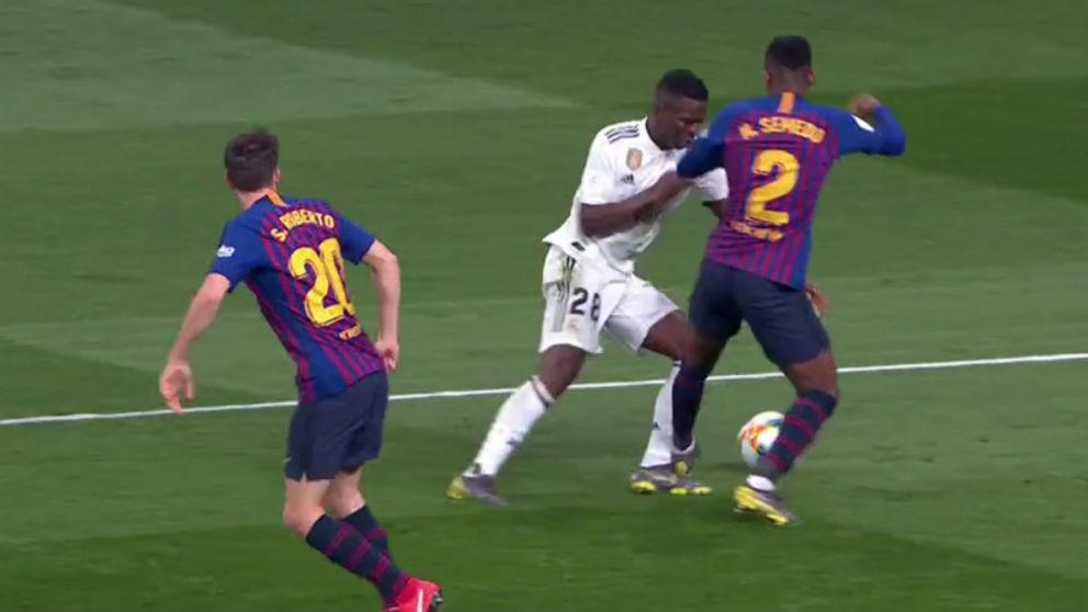 Semedo comete otro penalti sobre Vinicius.