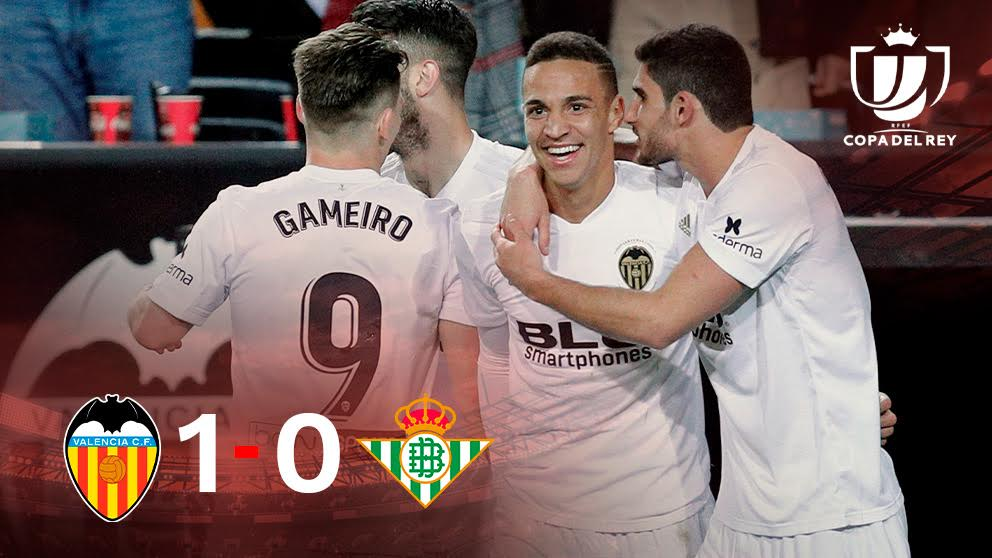 Los jugadores del Valencia celebran el gol de Rodrigo.