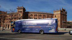 El autobús fletado por HazteOir, con el lema '#StopFeminazis', frente a la plaza de toros de Las Ventas en Madrid.