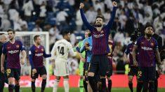 Piqué celebra la victoria del Barcelona en el Clásico. (AFP)