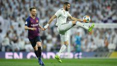 Benzema controla un balón en el Clásico. (Getty)