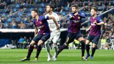 Sergio Ramos rodeado de adversarios, en el Real Madrid-Barça. (Foto: E. Falcón)