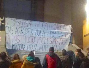 Las feminazis de la CUP encienden hogueras a las puertas de las iglesias en vísperas del 8M