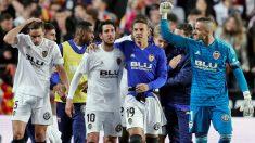 Los jugadores del Valencia celebran la clasificación a la final de la Copa del Rey. (EFE)
