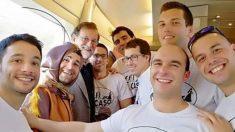 Mariano Rajoy junto a un grupo de amigos de despedida de soltero en el AVE a Sevilla.