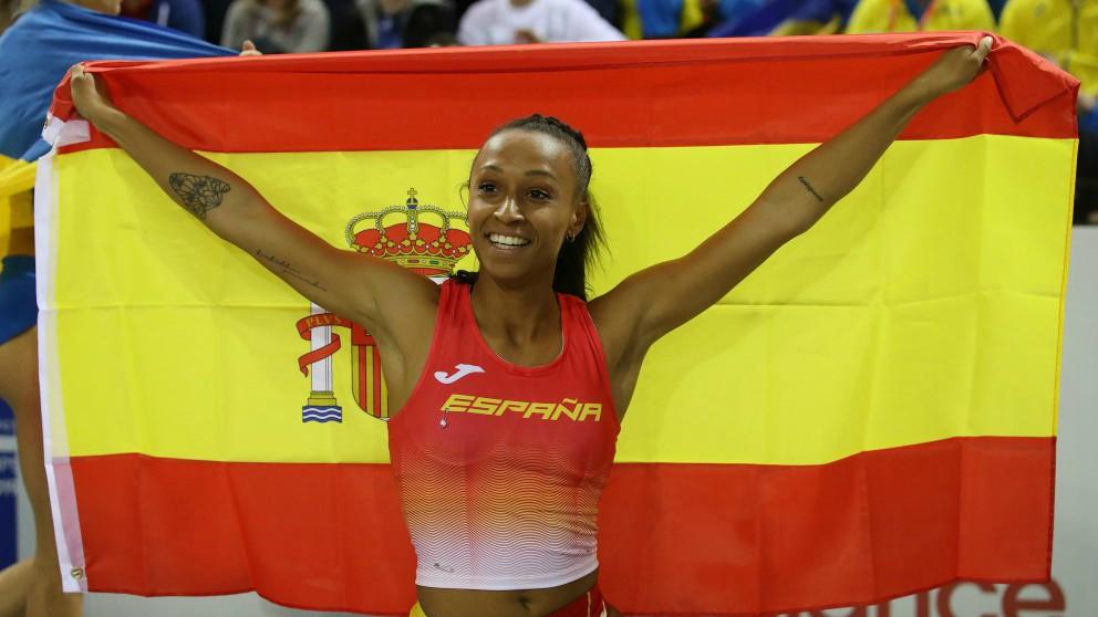 Ana Peleteiro posa con la bandera de España tras proclamarse campeona de Europa. (Getty)