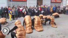 """Carnaval en Berga: seis cucarachas portan el cadáver de un legionario cantando """"Soy el novio de la muerte"""""""