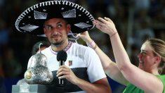 Kyrgios posa con el trofeo de ganador en Acapulco. (Getty)