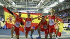 España celebra la plata en el relevo. (RFEA)