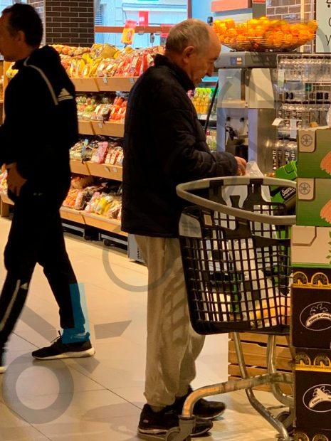 MAFO de compras en Carrefour en chándal y zapatillas mientras le culpan del fraude de Bankia