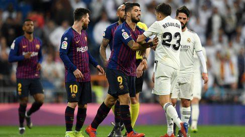 Sergio Reguilón en un encontronazo con Luis Suárez y Leo Messi. (Getty)