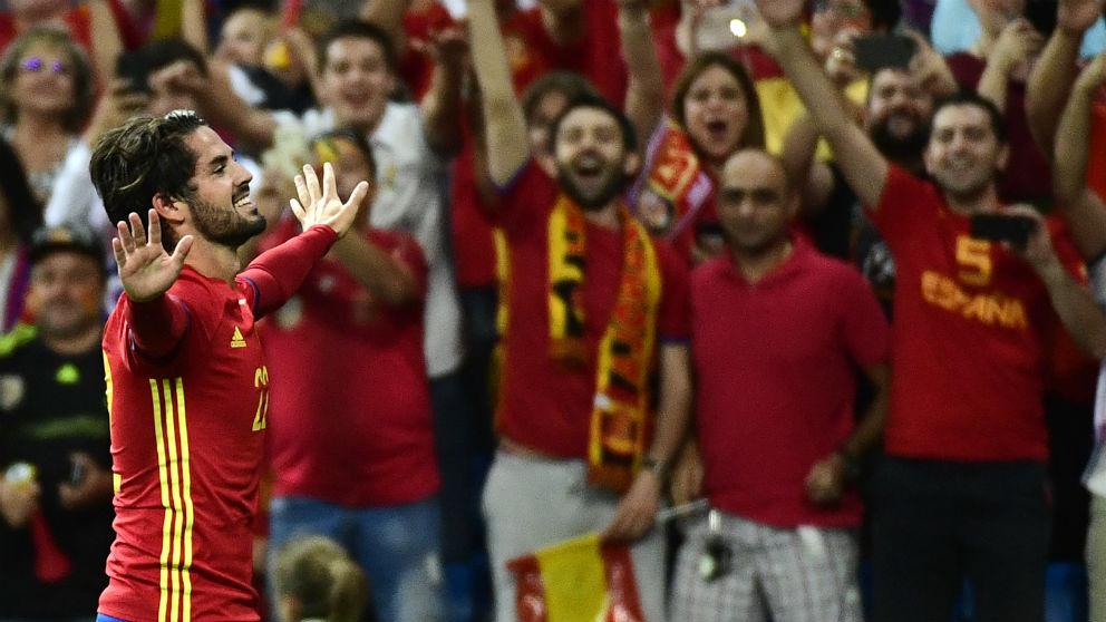 Isco, jugador del Real Madrid, celebra un gol en el España-Italia del Bernabéu. (AFP)