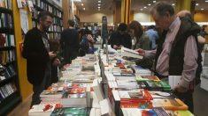 Varios clientes ojean libros en una librería. Foto: Europa Press