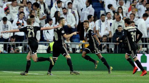 Los jugadores del Ajax celebran uno de los goles en el Bernabéu. (EFE)