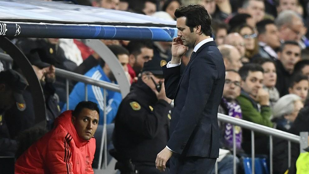 Santiago Solari, cabizbajo en el Real Madrid – Ajax. (AFP)