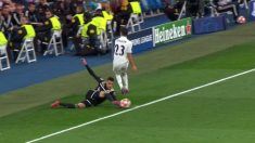 Toma de la polémica jugada que acabó en gol del Ajax.