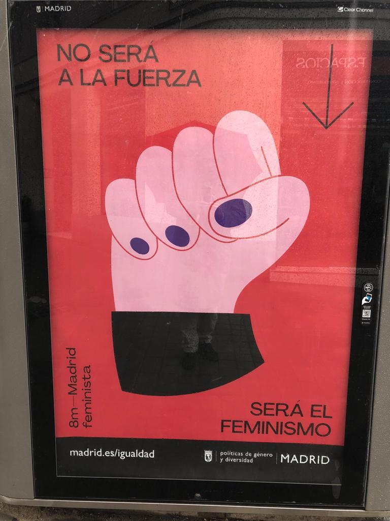 Carmena no retirará los puños en alto de la campaña feminista del 8M que ha costado 80.000 €