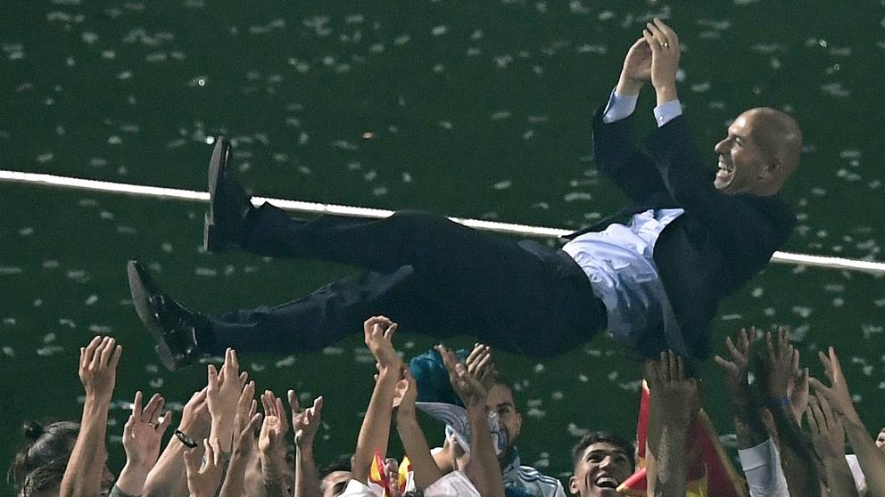Zidane es manteado por los jugadores del Real Madrid en la celebración de la Decimotercera. (AFP)