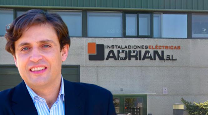 El alcalde de Galapagar, Daniel Pérez, ante una imagen de la nave de Instalaciones Eléctricas Adrián SL.