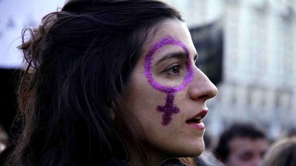 Numerosos manifestantes con el símbolo femenino. (Fotos: E. Falcón / F. Toledo)