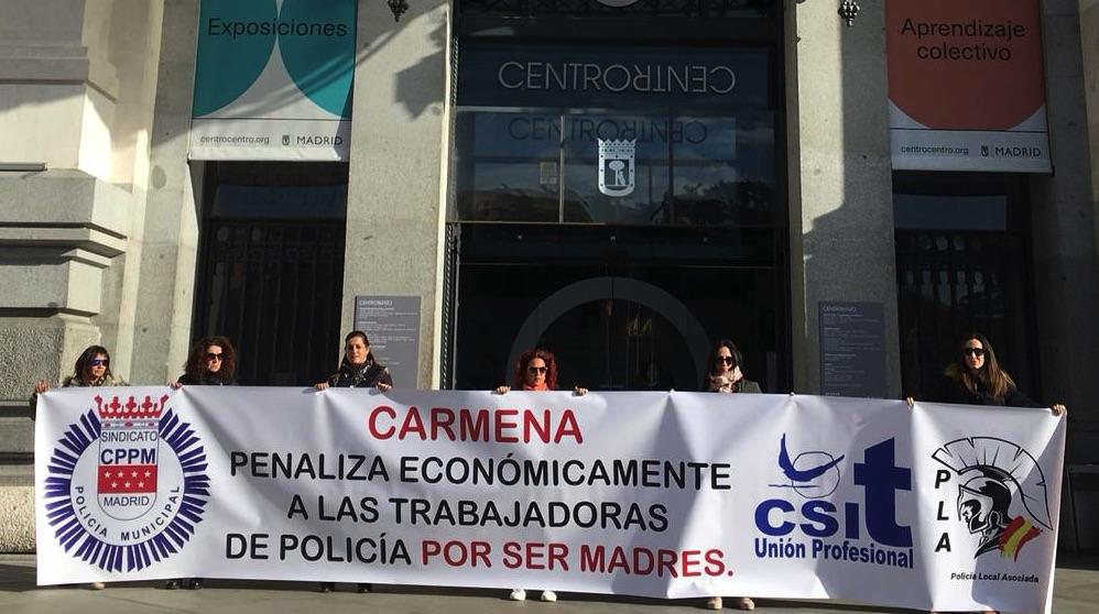 Protesta de mujeres policía ante la sede del Ayuntamiento.