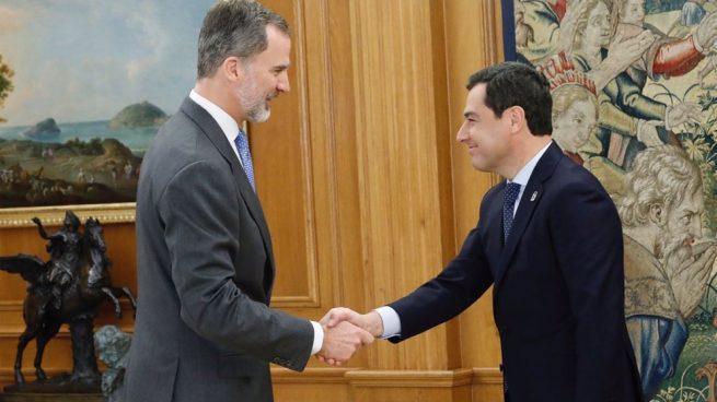 El Presidente de la Junta de Andalucía, Juanma Moreno, estrecha la mano del Rey de España Felipe VI. Foto: Europa Press