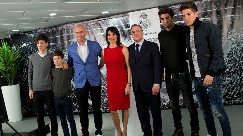 Zidane posa junto a su familia el día de su presentación.