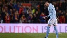 Iago Aspas cae lesionado en el Camp Nou (AFP)