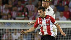 Markel Susaeta lucha por un balón aéreo con Ramos (AFP)