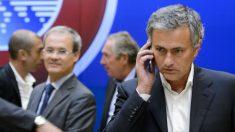 Mourinho atiende a una llamada telefónica. (AFP)