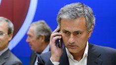 Mourinho habla por teléfono. (AFP)