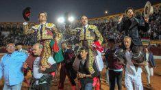 """Los dieestros (i-d) Julián López """"El Juli"""", Enrique Ponce y Diego Ventura, que cortaron dos orejas cada uno, salen a hombros tras la corrida. Foto: EFE"""