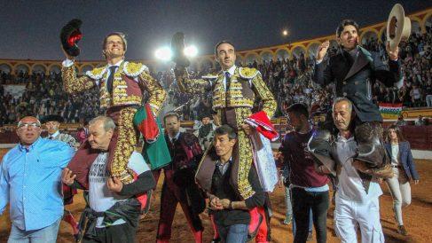 Los dieestros (i-d) Julián López «El Juli», Enrique Ponce y Diego Ventura, que cortaron dos orejas cada uno, salen a hombros tras la corrida. Foto: EFE