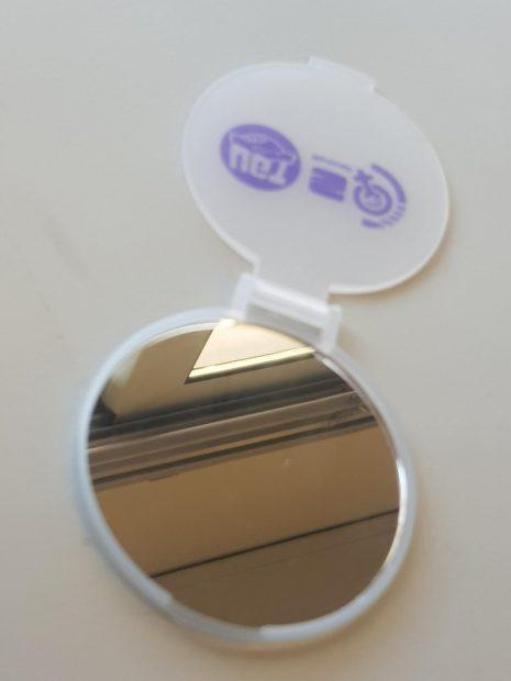 UGT regala un espejo de bolsillo para celebrar el Día de la Mujer