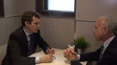 Pablo Casado y Eduardo Inda en una entrevista en Alsasua.