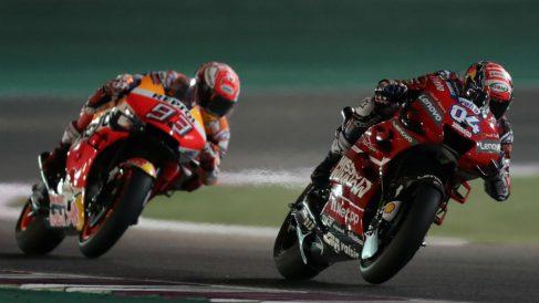 Andrea Doviziozo y Marc Márquez, en el GP de Qatar 2019. (AFP)