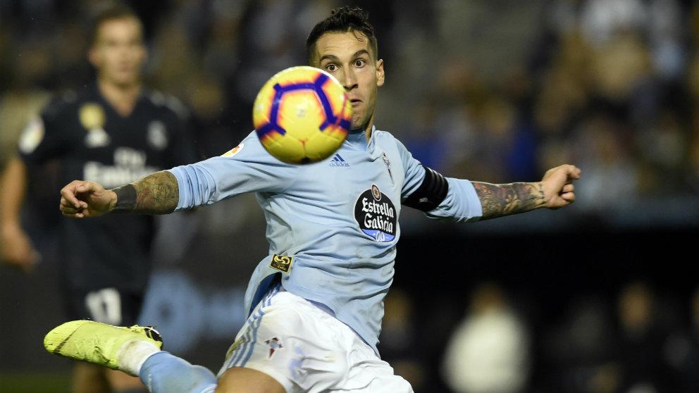 Hugo Mallo frente al Real Madrid (AFP)