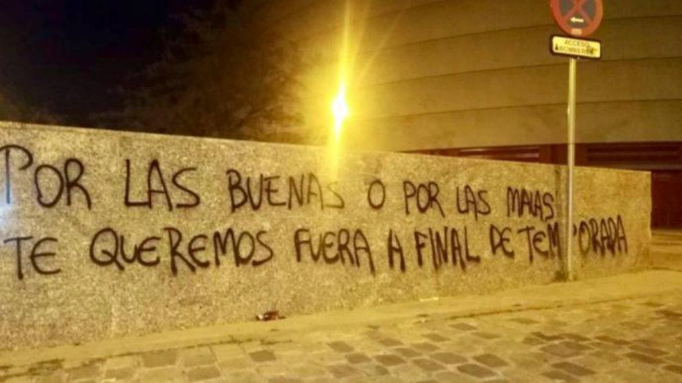 Pintadas amenazantes contra José Castro en el Sánchez Pizjuán (@FotosSFC_)