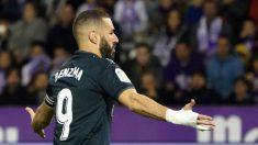 Benzema celebra uno de sus goles ante el Valladolid (AFP).