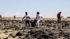 Operarios trabajan limpiando el lugar donde se ha estrellado el avión en Etiopía. Foto: AFP