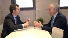 Pablo Casado y Eduardo Inda conversan en Alsasua. (Foto: E. Falcón / F. Toledo)