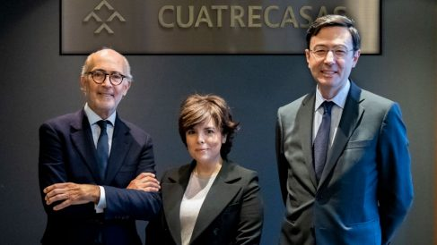 Soraya Saénz de Santamaría tras firmar su contrato con el despacho de abogados Cuatrecasas. Foto: Twitter