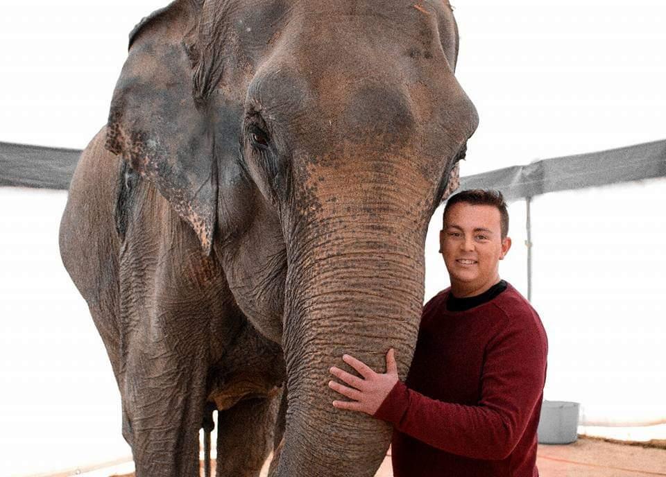 Nacho Pedrera con un elefante. (Foto cedida)