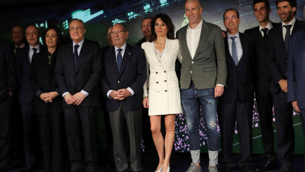 Zinedine Zidane posa en su presentación con el Real Madrid. (EFE)