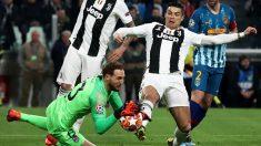 Cristiano Ronaldo, en la acción en la que le anularon el gol por falta. (AFP)